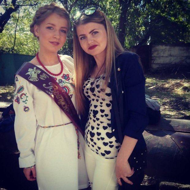 Школярка прийшла на випускний в Криму у вишиванці