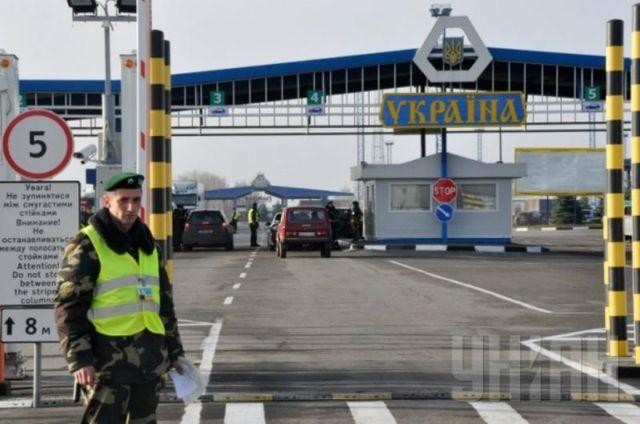 Более половины украинцев стремятся выехать за границу