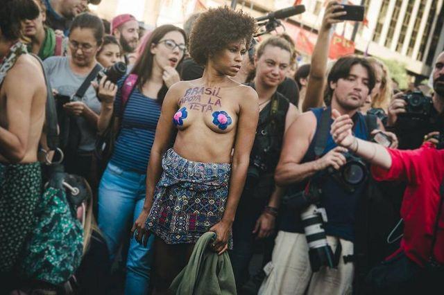 Женщины вышли на улицу с обнаженной грудью фото 317-687