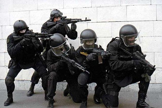 Силовики взяли штурмом жилье преступника: есть пострадавшие