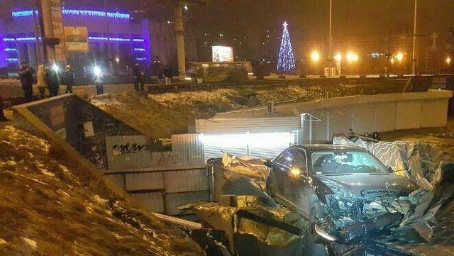 ... Автівка приземлилася на кіоск у Києві 04606492208