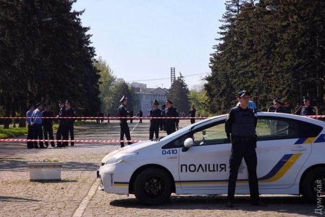 Плохая связь, люди сцветами иКуликово поле, оцепление полицией— Одесса наданный момент